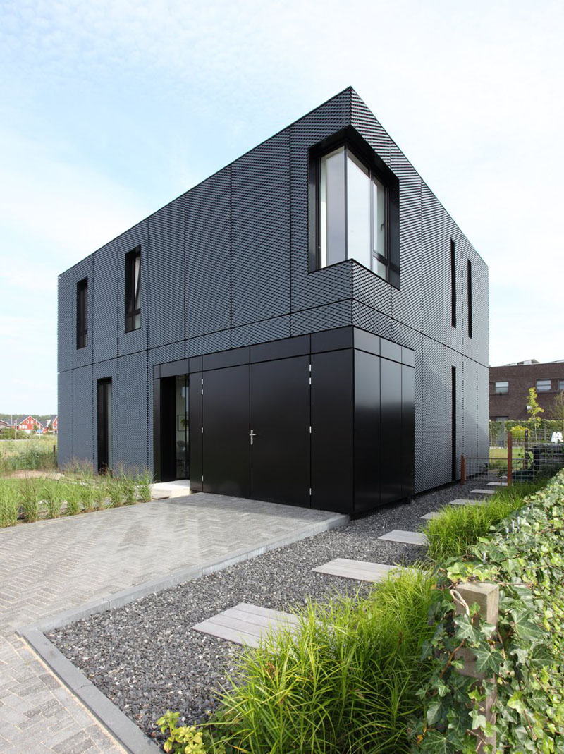 14 examples of modern houses with black exteriors for Modern house exterior siding