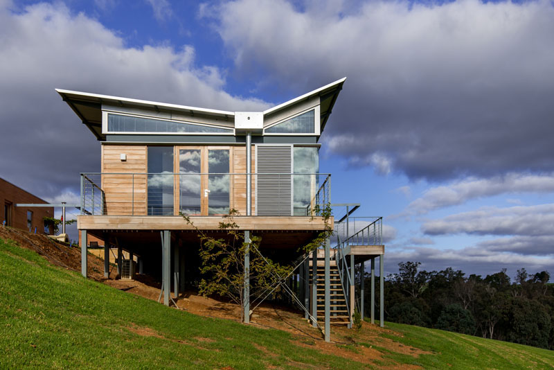 this australian weekender house has a distinctive butterfly roof