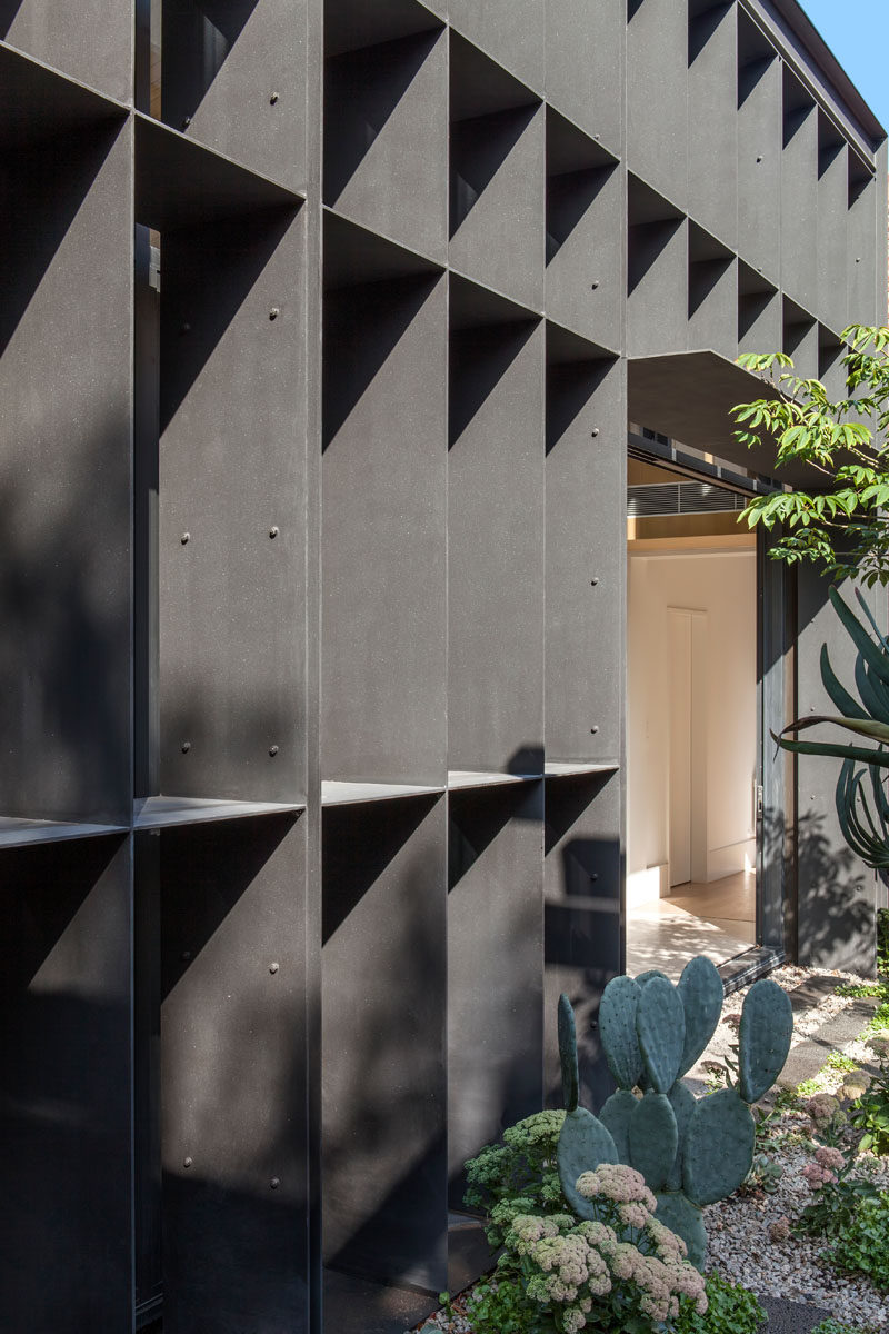 This new modern house extension is made from a structural steel baffle that is able to regulate sunlight, providing protection from the sun and casting shadows throughout the day.