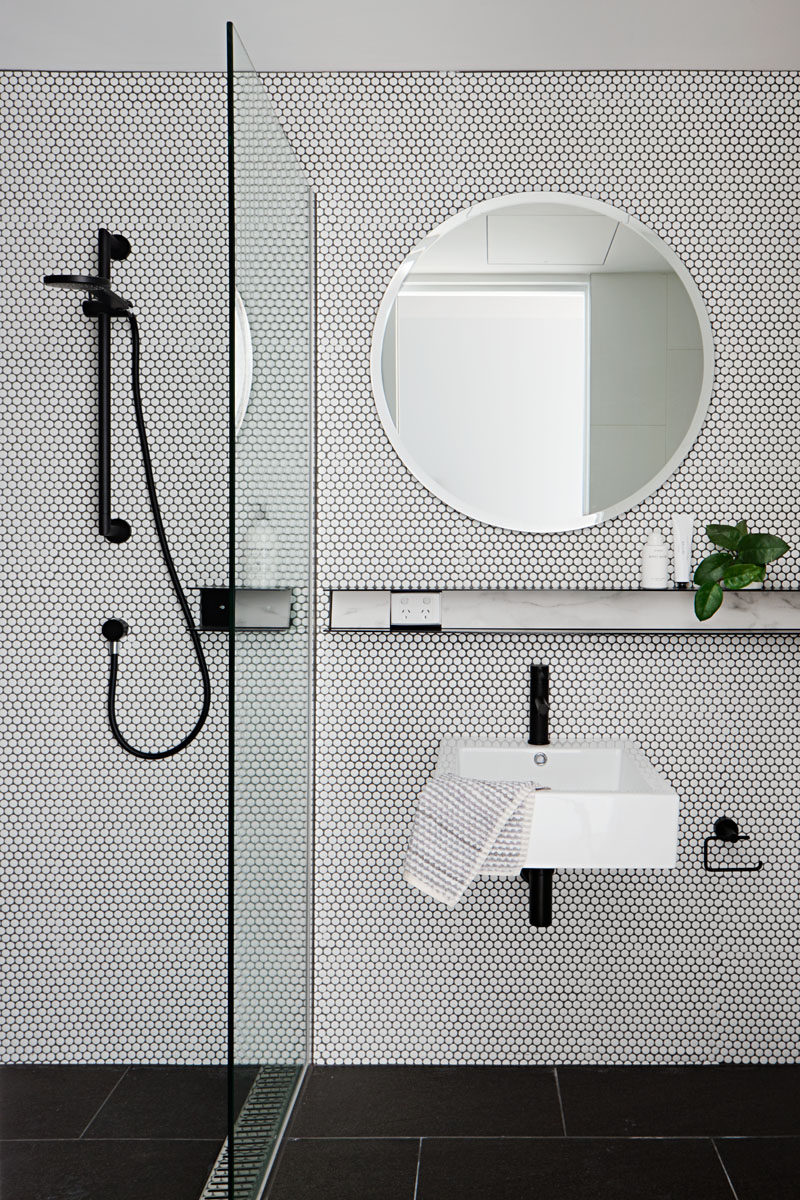 simple-black-white-bathroom-round-mirror-050917-1024-07 | CONTEMPORIST