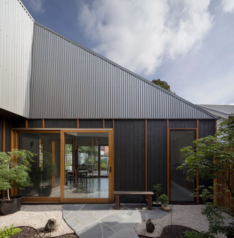This courtyard creates a barrier between the quiet and active areas of this modern house, and also allows sunlight to be delivered into the active areas of the house. #Courtyard #Architecture #ModernHouse
