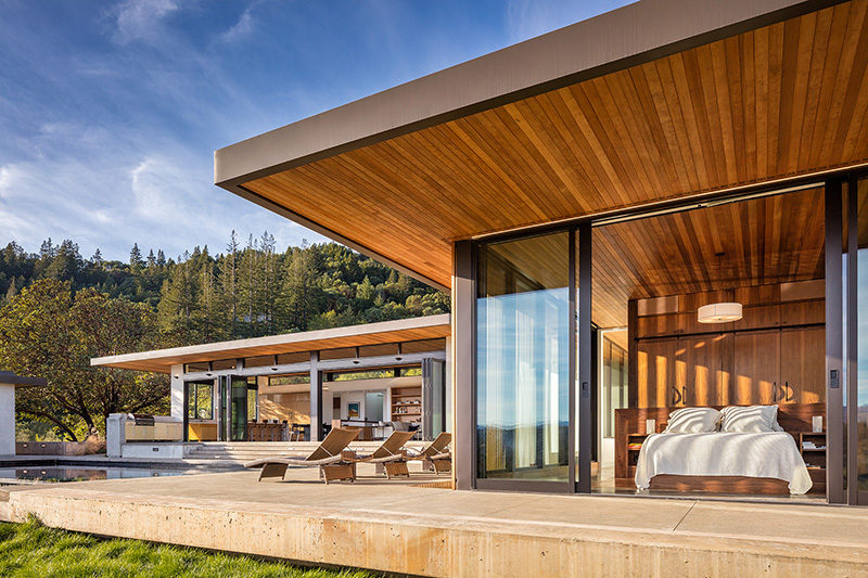 John Maniscalco Architecture have designed a contemporary home in Healdsburg, California, that has views of Dry Creek Valley from every room. #ModernHouse #HouseDesign #Architecture