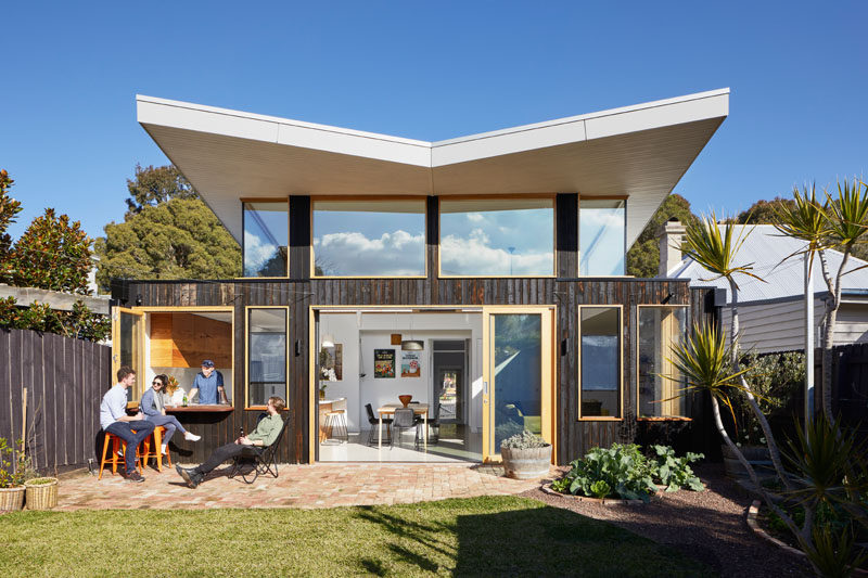 Ben Callery Architects worked together with builder Truewood Construction to design and complete a modern extension on a house in Melbourne, Australia, whose owners wanted to open up the back of the house to take advantage of the sun. #ModernHouseExtension #Roof #ModernRoof #Architecture