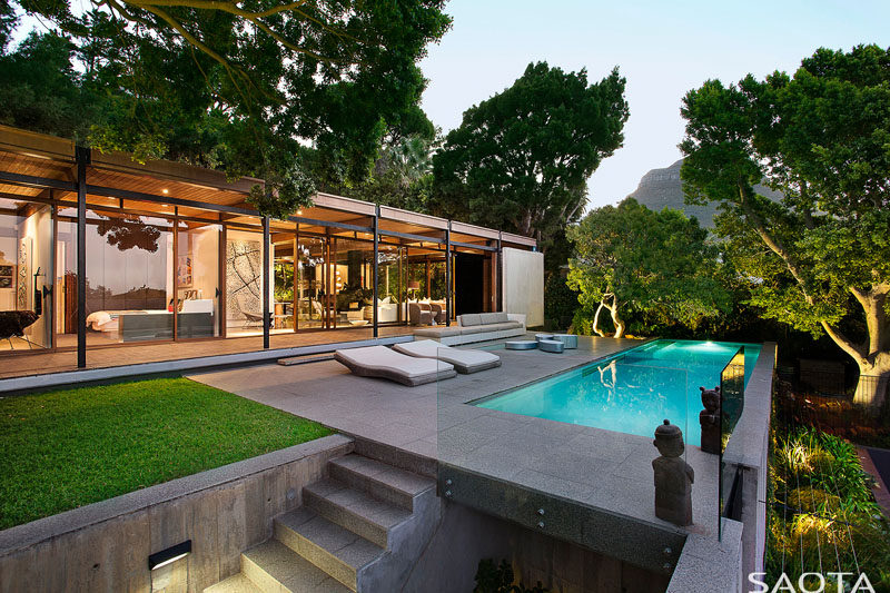 This modern house, originally built in 1969, was given a fresh update. #ModernHouse #Landscaping #ModernArchitecture #SwimmingPool
