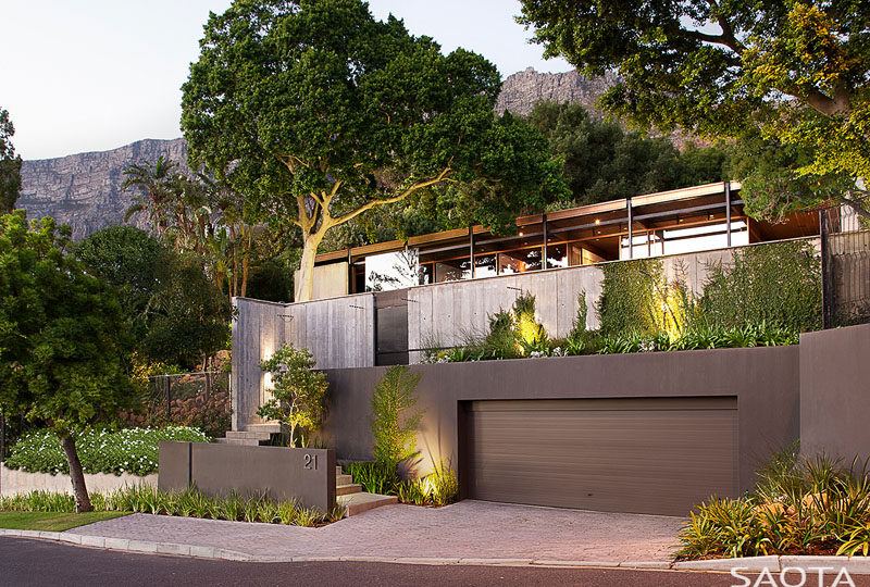 This modern house, originally built in 1969, was given a fresh update. #ModernHouse #Landscaping #ModernArchitecture