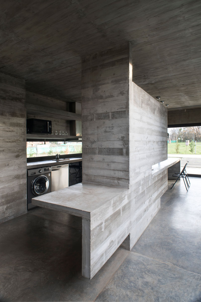The exposed concrete in this modern house shows how the patterns of wood boards are left in the concrete from the building process. #BoardFormedConcrete #RawConcreteWalls #ModernConcreteHouse