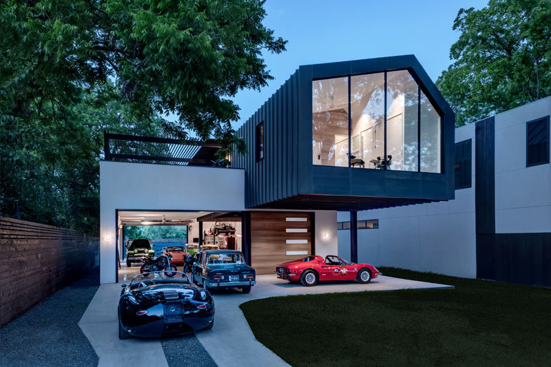 Matt Fajkus Architecture have recently completed the design of a new house in Austin, Texas, that features a huge car showroom / garage and a large cantilever. #ModernHouse #Garage #Cantilever #ModernArchitecture