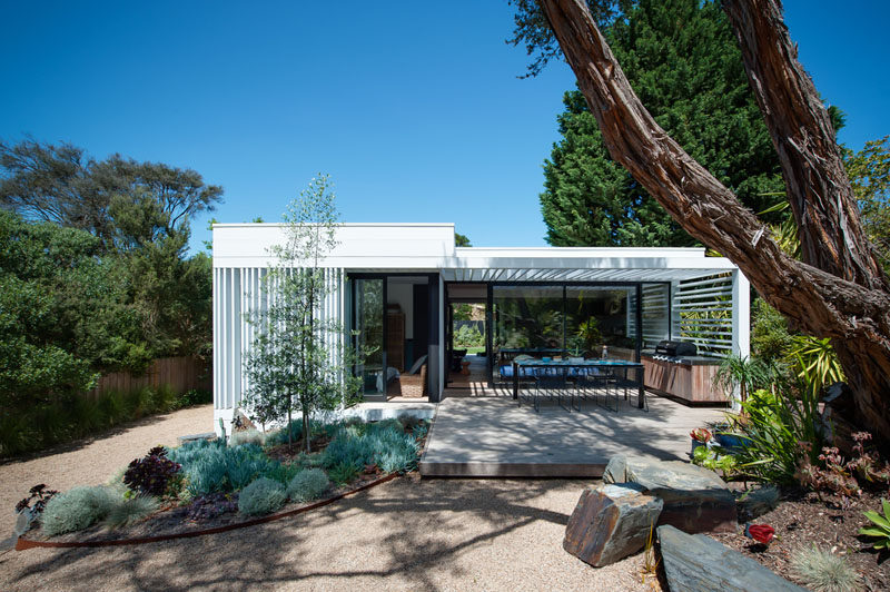 This small and modern house has a deck with a BBQ and outdoor kitchen, while a pergola provides some shade for the alfresco dining area. #OutdoorSpace #Deck #OutdoorKitchen #Pergola