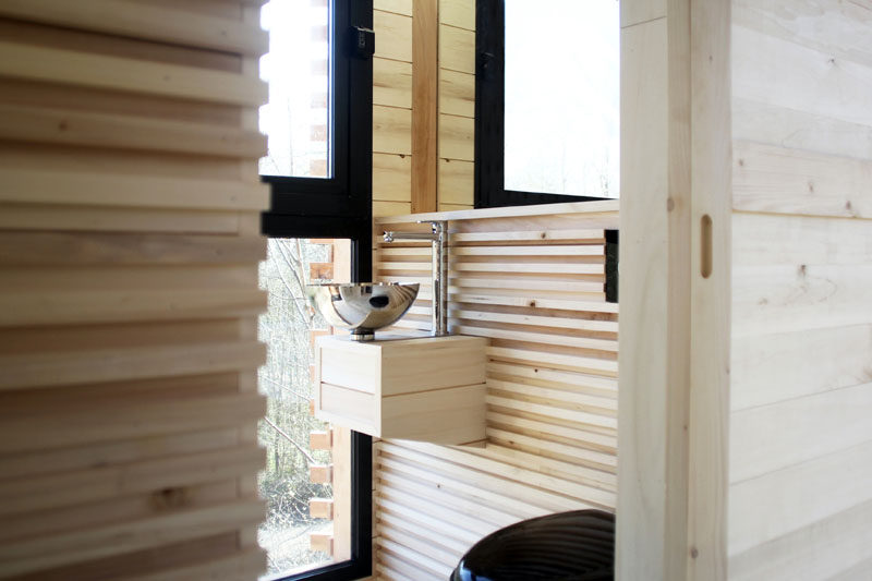 This modern wood tree house has a dressing room, a bathroom and a technical closet. #ModernTreeHouse #TreeHouse