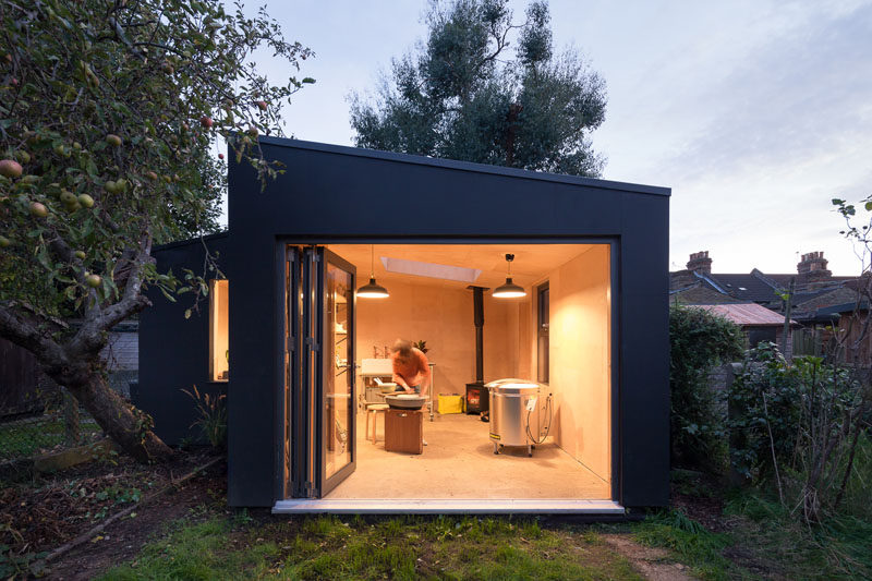 British firm Grey Griffiths Architects have designed a modern backyard pottery shed for a ceramicist in East London. #PotteryShed #BackyardStudio