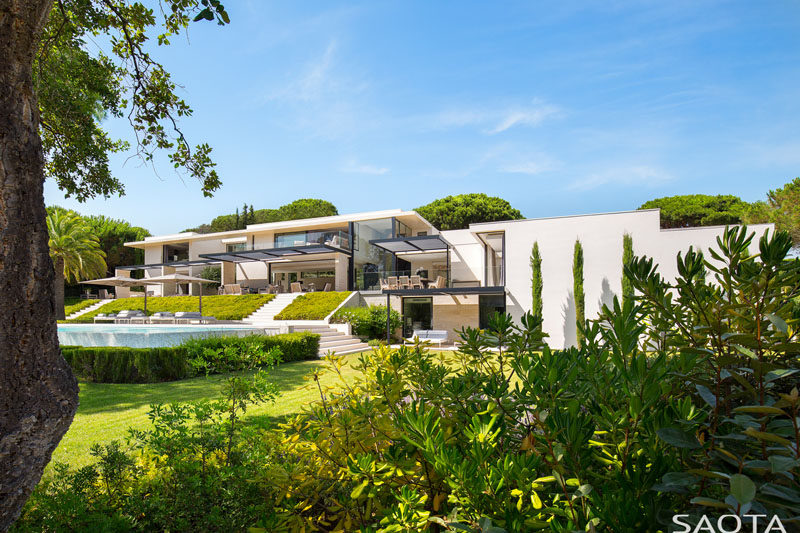 South African based architecture firm SAOTA, have completed a new house in Saint Tropez, France, that's been designed indoor-outdoor living. #ModernHouse #ModernArchitecture
