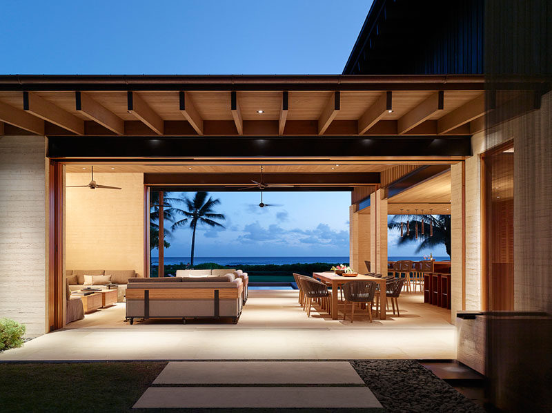 This modern beach house has an open plan living and dining area for true indoor/outdoor living. #ModernBeachHouse #OpenPlanLiving #IndoorOutdoor