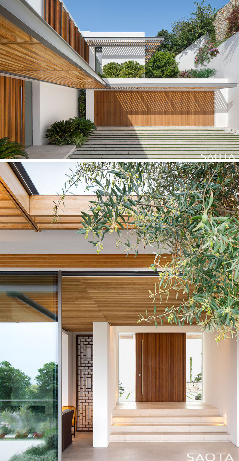 This house in Mallorca, Spain, combines white walls, wood elements and plants for a modern appearance. #ModernHouse #WoodElements #Architecture