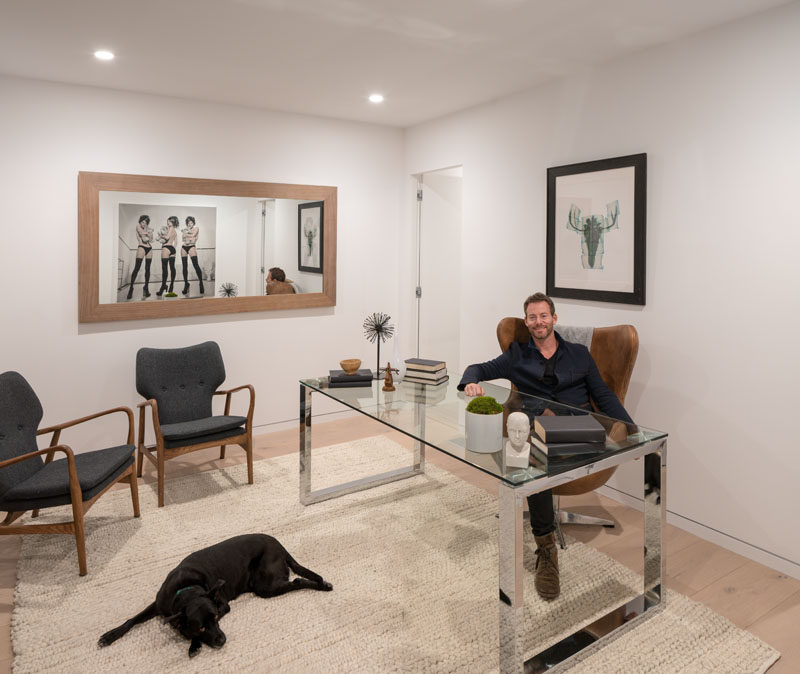 This modern home office has rug sitting on the wood floor to make the space a little cozier. #HomeOffice #OfficeDesign