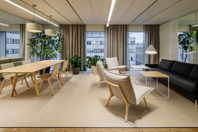 The design of this modern office follows the style of Scandinavian minimalism. #ModernOffice #Scandinavian #InteriorDesign
