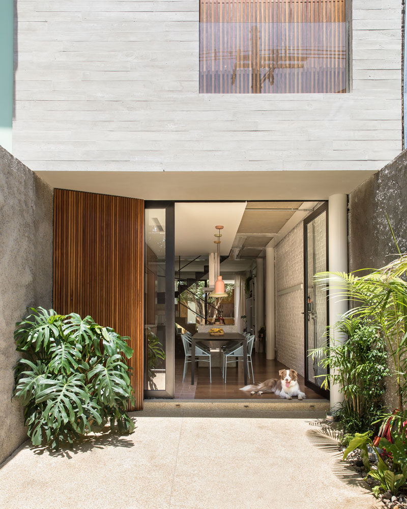 A small courtyard welcomes you to this narrow modern house in Brazil. #ModernHouse #Courtyard