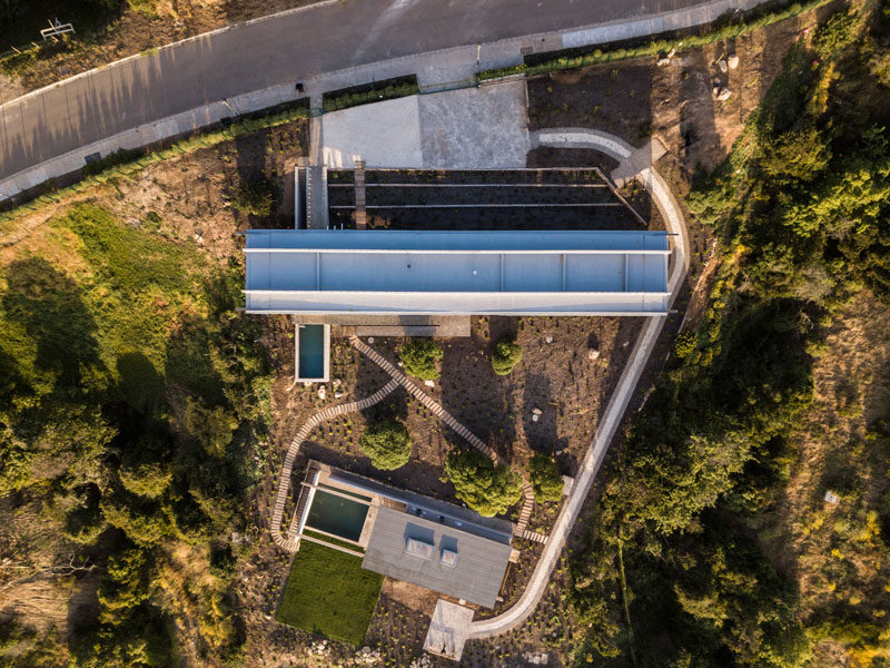 The reinforced concrete structure of this modern house is composed of a succession of longitudinal and transverse beams that work together to generate a single structural piece. Click through to see more photos of this modern house. #ConcreteHouse #Architecture #HouseDesign