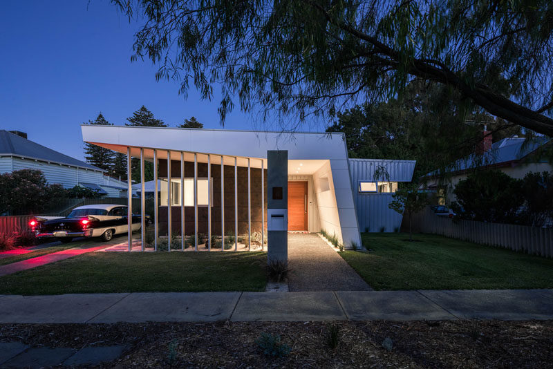 Modular architecture firm mishack.worked together with their clients to design a modern home that was inspired by theirdeep love of mid-century architecture. #ModernHouse #ModernArchitecture