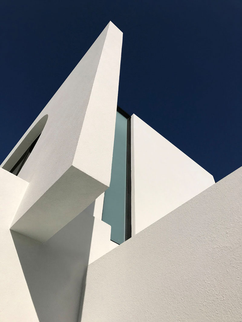 This modern house features curves and angles on its exterior. Click through to see more photos of the house. #Architecture #ModernArchitecture #ModernHouse