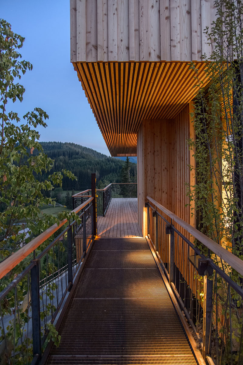 This modern mountain chalet 'floats' above the landscape enabling it to capture to vast views across the valley. #MountainChalet #Architecture #Bridge