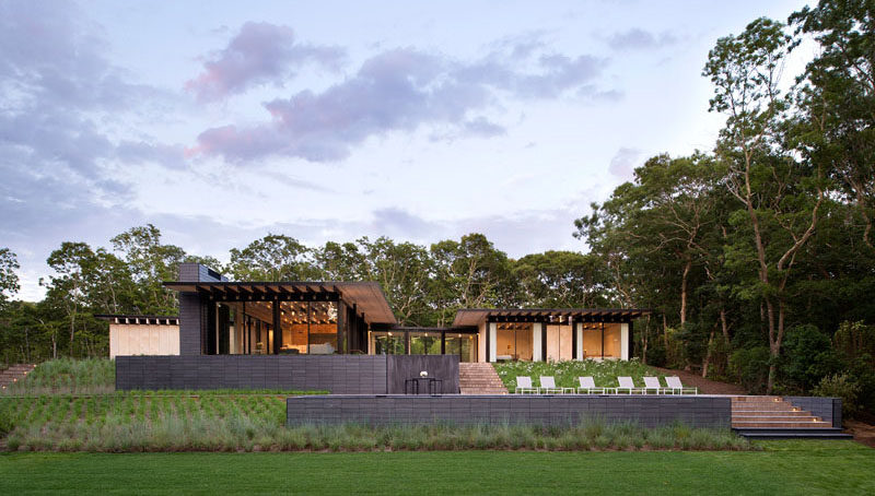 Bates Masi + Architects have designed a new house in Amagansett, New York, for their clients, afamily who have a passion for being on the water.#ModernArchitecture #ModernHouse #Landscaping