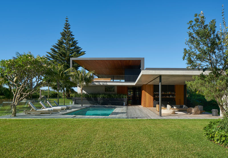 This modern house in Australia has plenty of covered outdoor spaces to create a true indoor/outdoor living experience. #Architecture #ModernHouse