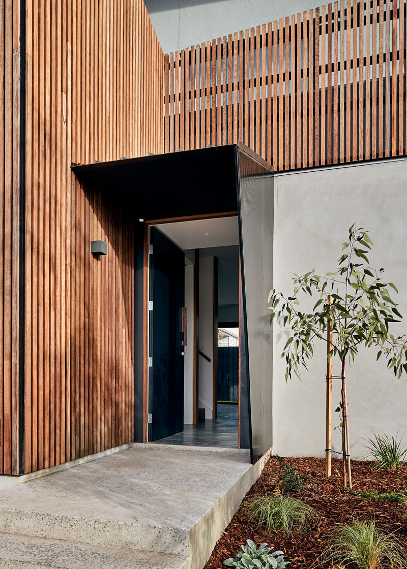 This modern house has a sculptural entry canopy meets the timber screen and guides visitors to the front door. #Entryway #FrontDoor #WoodScreen