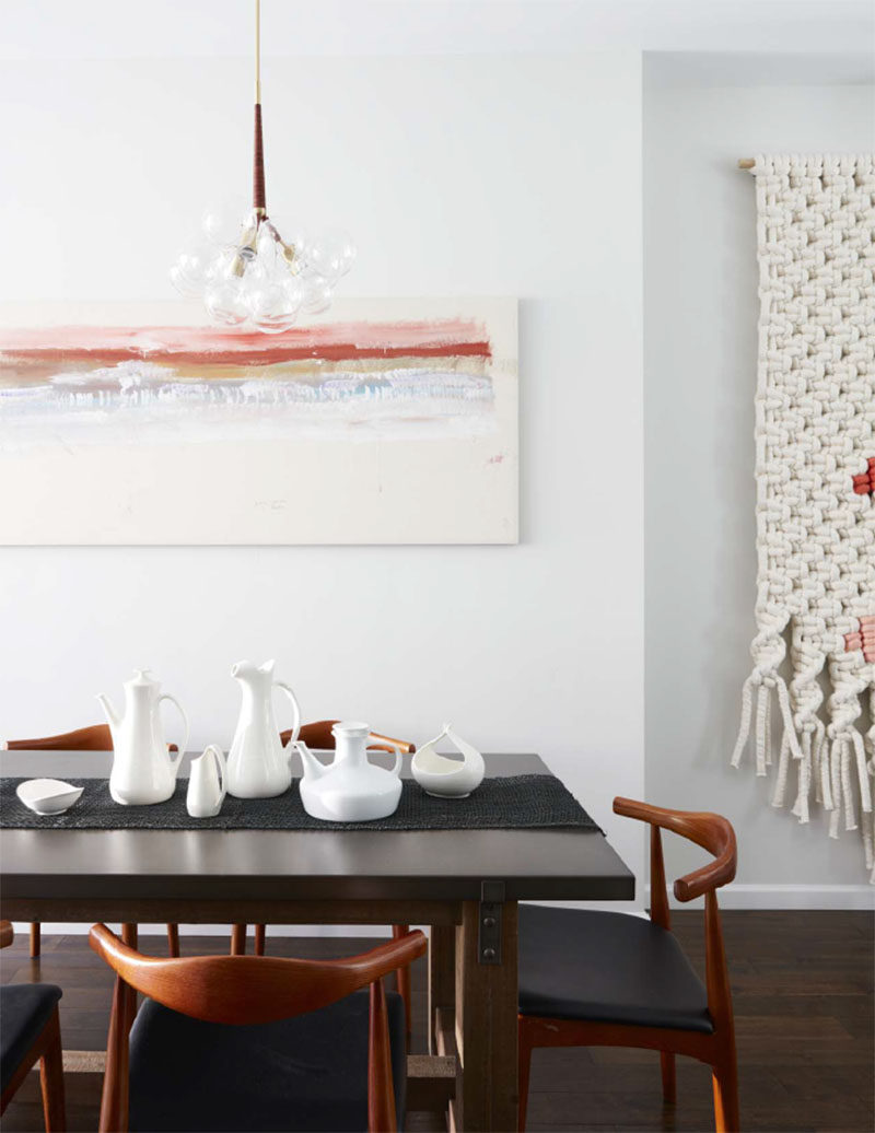 Furnishings with a slight mid-century aesthetic have been used to create a simple and contemporary dining room. #DiningRoom #InteriorDesign