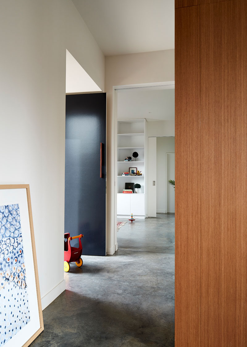 Inside this modern house, polished concrete flooring has been used throughout, which contrasts the white walls and natural materials. #ModernFloor #Concrete #ConcreteFloor
