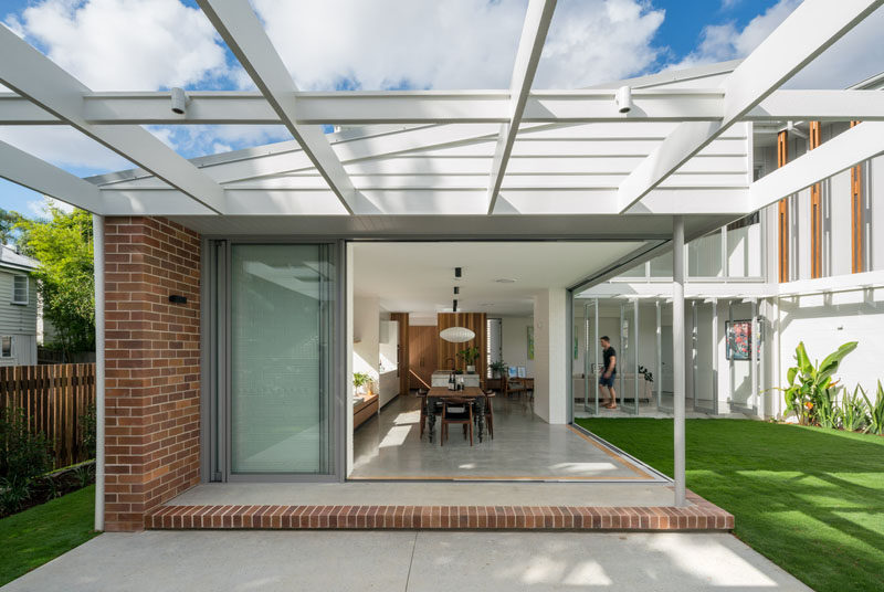 Kelder Architects have recently completed a custom contemporary house in Brisbane, Australia, that was designed for their builder/developer client. #Architecture #ModernHouse