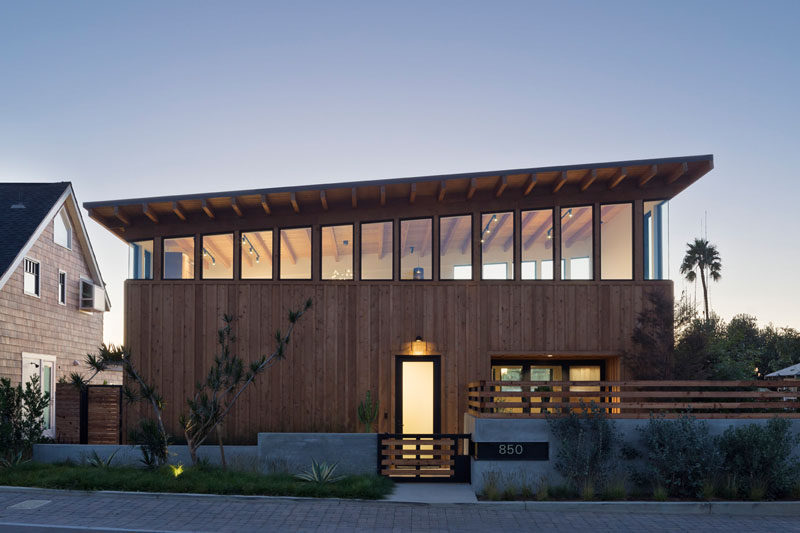 Brett Farrow Architect has completed the Cornish House, a new modern residential project located in the Southern California Coastal community of Encinitas. #Architecture #ModernHouse #WoodHouse #Windows