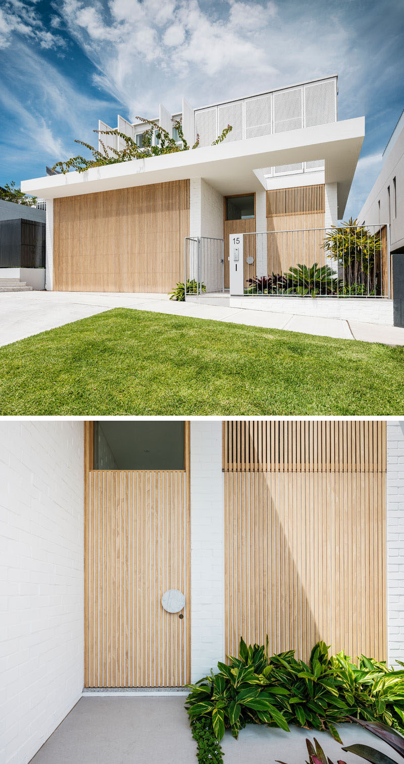 The double garage door of this modern housr is hidden in plain sight by integrating the door and using it as part of the overall facade design. #ModernHouse #ModernArchitecture #HiddenGarageDoor