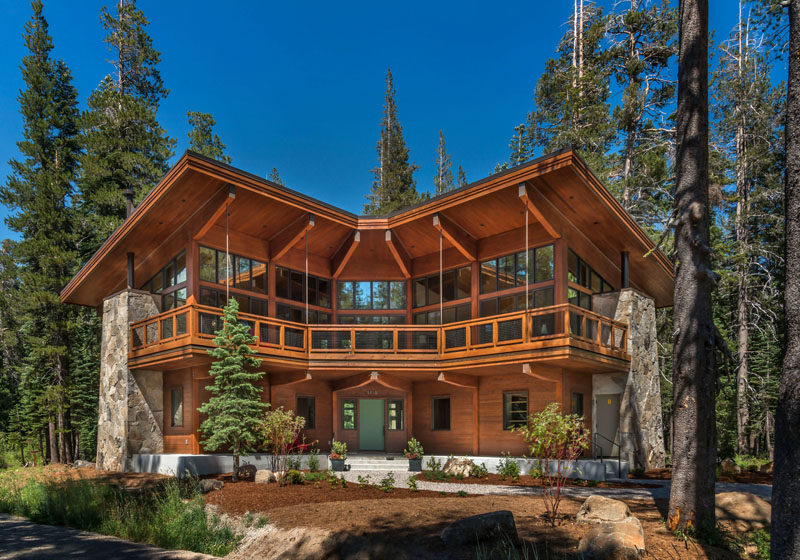 BCV Architecture + Interiors have designed the Overland Trail Cabin, a modern mountain home that's located in the Sugar Bowl Ski Resort in California. #Architecture #California #ModernMountainHome