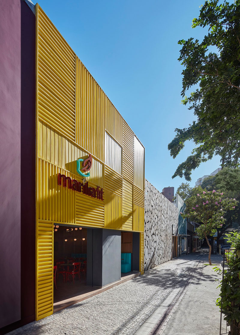 Architect and interior designer David Guerra has recently completed Marília Fit, a modern restaurant in Belo Horizonte, Brazil, that features a bright facade made from yellow aluminum. #RestaurantDesign #ModernRestaurant #RestaurantFacade