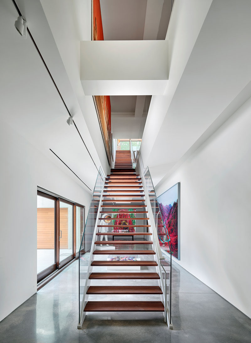 "Double-height atriums connect the gallery and living spaces of this modern house, and these art-laden circulation paths become the ""arteries"" that bestowed the residence's name. #Stairs #Atrium #ModernStairs"