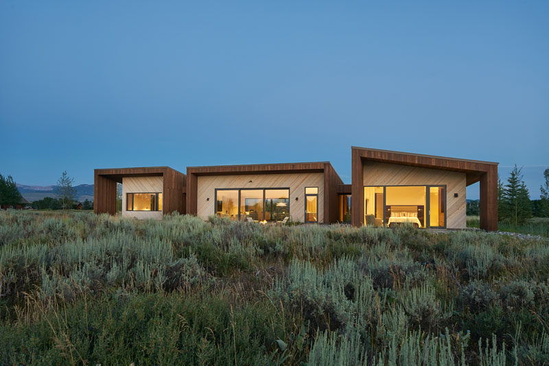 kt814 architects have designed a new house in Jackson Hole, Wyoming, that's been designed as a series of three connected pavilions. #ModernHouse #ModernArchitecture #WoodSiding