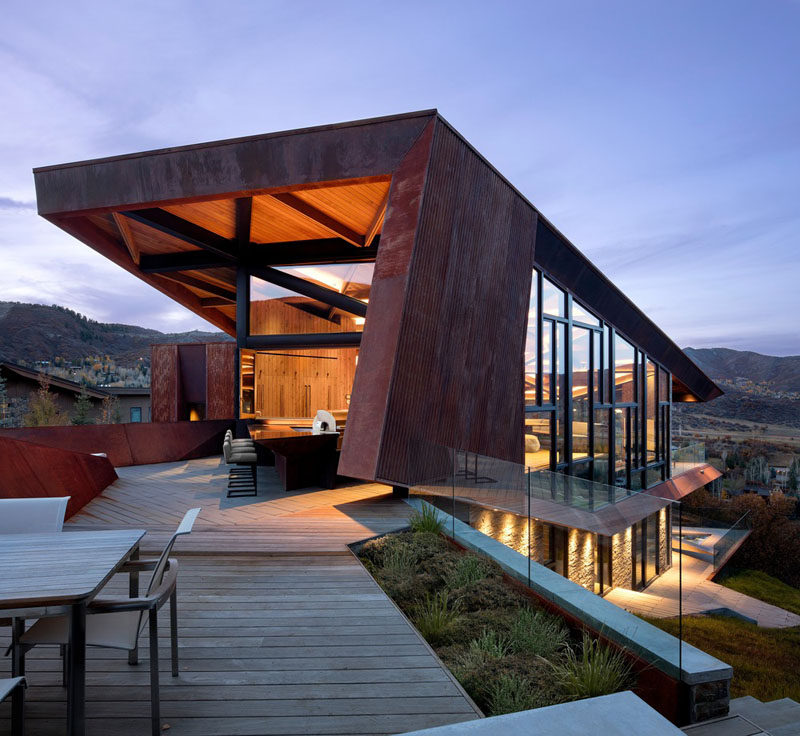 This modern mountain house features a large deck with a bar, that's positioned to take advantage of the views. #Architecture #OutdoorSpace #ModernHouse