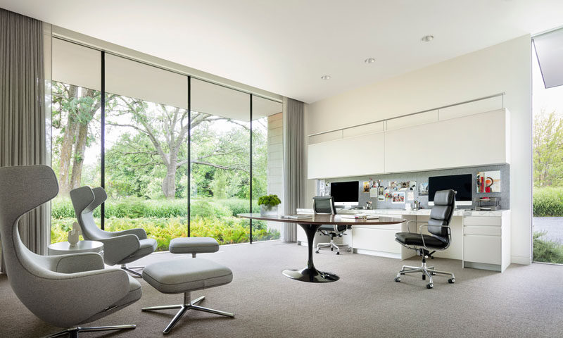 This modern house has a home office with large floor-to-ceiling windows and a work area suitable for two people.#ModernHomeOffice #Windows #OfficeForTwo