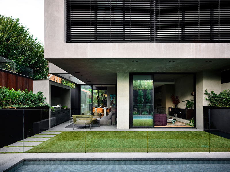 AGUSHI Construction together with architects and interior designer firmWorkroom, have completed a new4-bedroom residence in Melbourne, Australia. #ModernHouse #ModernArchitecture