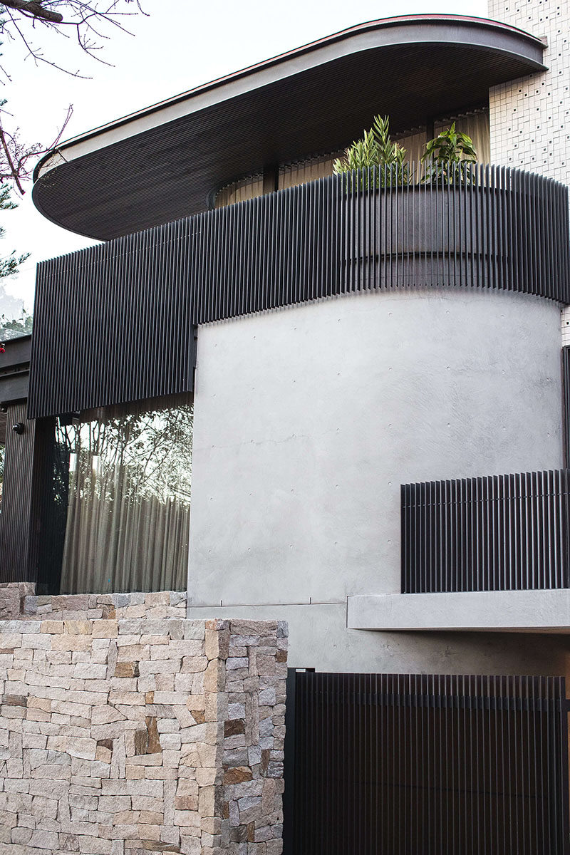 Using the Sydney Harbour Bridge as an aesthetic reference, the exterior skin of this modern house makes use of Micaceous Iron Oxide steel work, that contrasts the lighter elements of the design. #Architecture #ModernHouse #HouseDesign