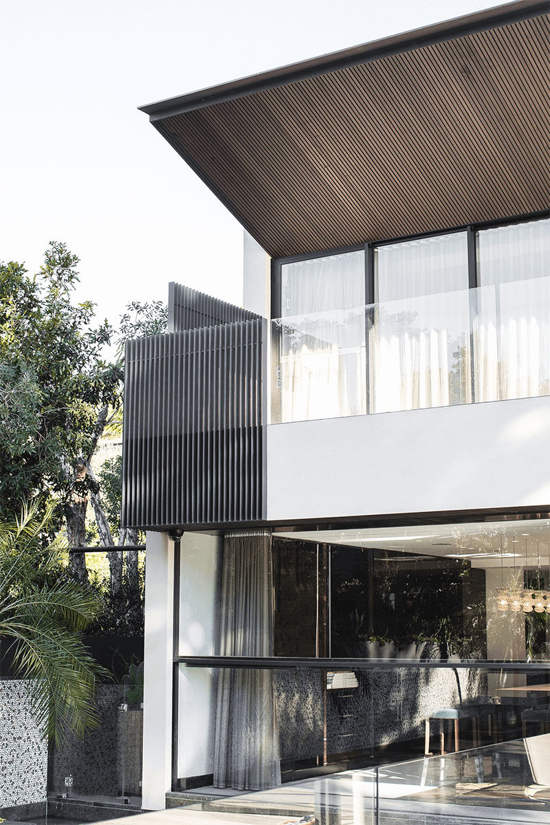 This houses uses materials like wood, glass, and steel to create a modern exterior. #HouseDesign #ModernHouse