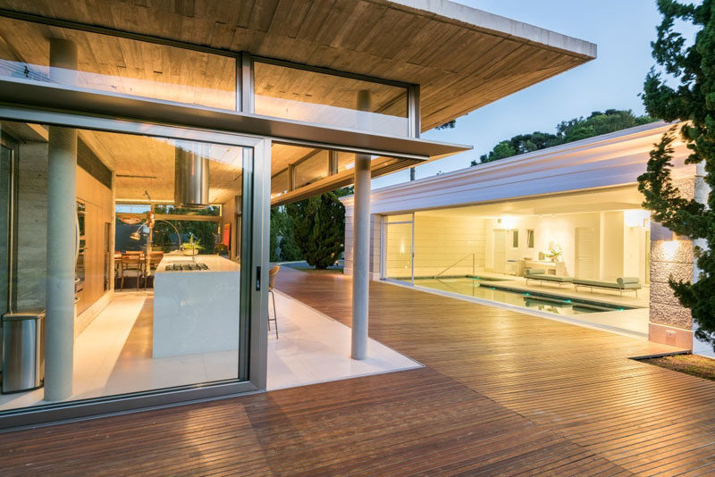Elmor Arquitetura have designed a concrete and glass house annex in Curitiba, Brazil, that serves as a leisure area and support to an indoor pool. #Annex #Architecture #ModernArchitecture #GlassWalls #Concrete