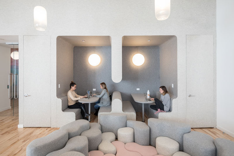 This modern school has playful felt nooks in the walls that serve as a flexible work and meeting area for both children, parents, and teachers. #MeetingAreas #SchoolDesign