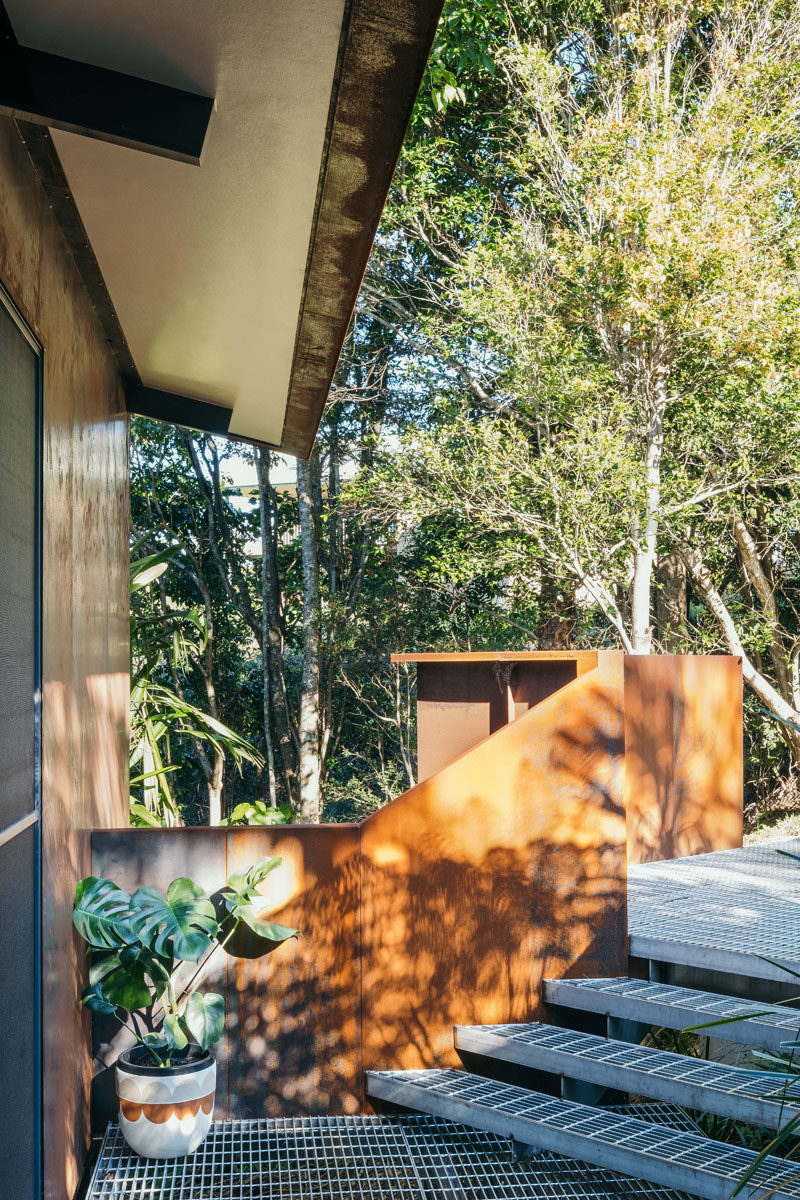 Stainless steel grates underfoot and corten steel wraps around the southern facade and guides people the entrance of this modern guest house. #SteelGrates #WeatheringSteel #CortenSteel