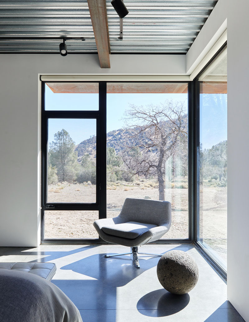 In this modern bedroom, the windows have been located in the corner to allow for a floor-to-ceiling picturesque view of the desert. #Windows #ModernWindows #CornerWindows