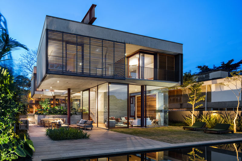 Una Architects have recently designed a new and modern house in Sao Paulo, Brazil, that's built on the top of a hill in a residential neighborhood. #Architecture #ModernHouse #HouseDesign