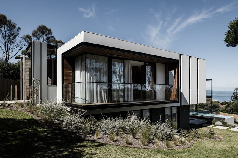 Australian based firm Megowan Architectural, have recently completed a new and modern house in the seaside suburb of Mount Eliza. #ModernArchitecture #ModernHouse