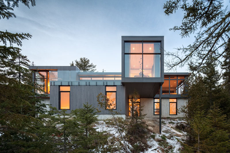 Thellend Fortin Architectes have recently completed 'Long Hortizontals', a modern house that's located in Petite-Rivière-Saint-François, Québec. #ModernHouse #ModernArchitecture #HouseDesign
