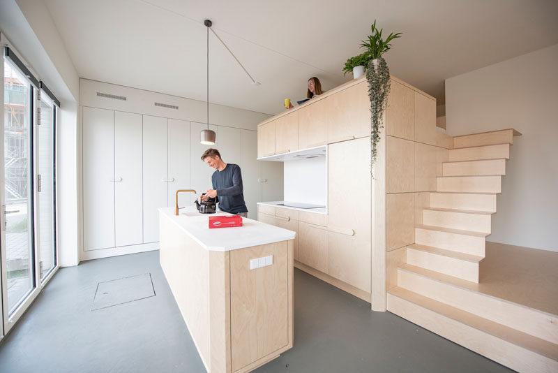 Căn hộ áp mái hiện đại này có một bảng màu tinh tế của gỗ bạch dương và Corian trắng.  Có một phòng tắm, phòng chứa đồ, nhà bếp, phòng khách lớn và một phòng ngủ có gác xép.  #InteriorDesign #ApartmentDesign #Loft