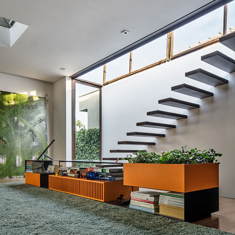 This modern house features floating stairs that lead up to a roof deck. #FloatingStairs #StairDesign